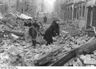 Bundesarchiv_Bild_183-J31345,_Berlin,_Zerstörung_nach_Luftangriff